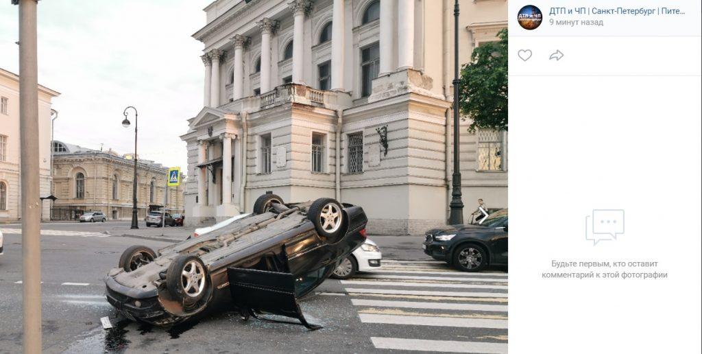 В ДТП на набережной Макарова пострадал водитель перевернутого Mercedes и прохожие