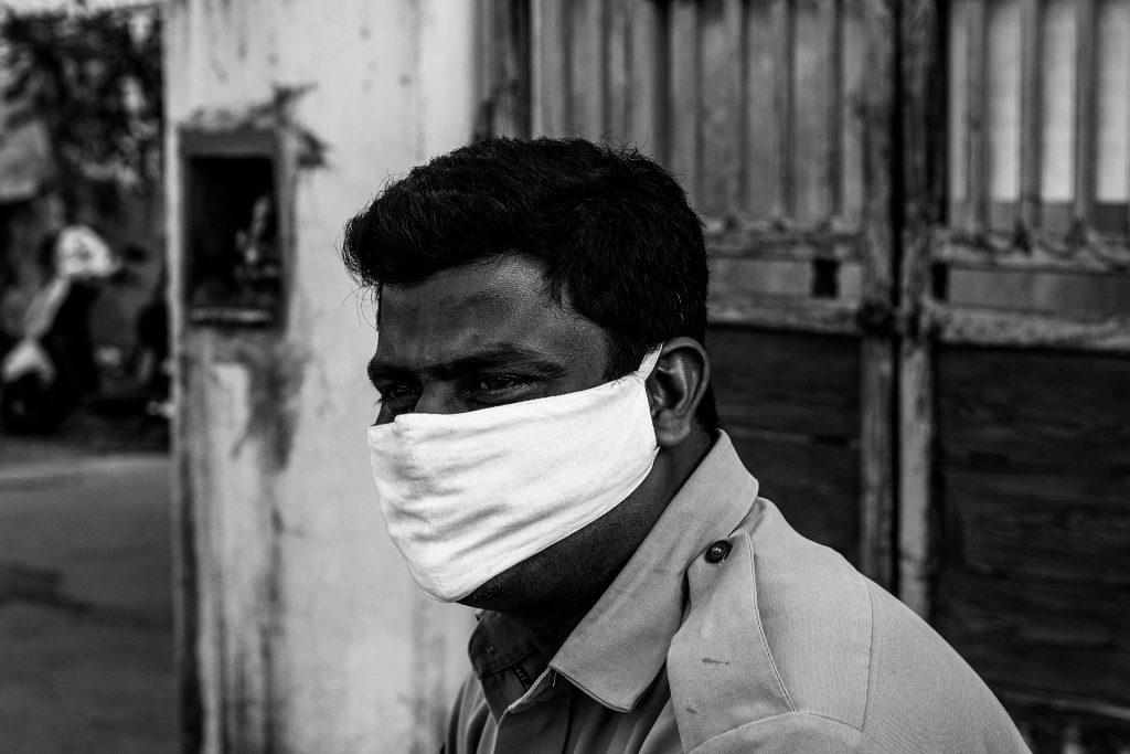 Индийский святой, лечивший коронавирус поцелуями, заразился и умер