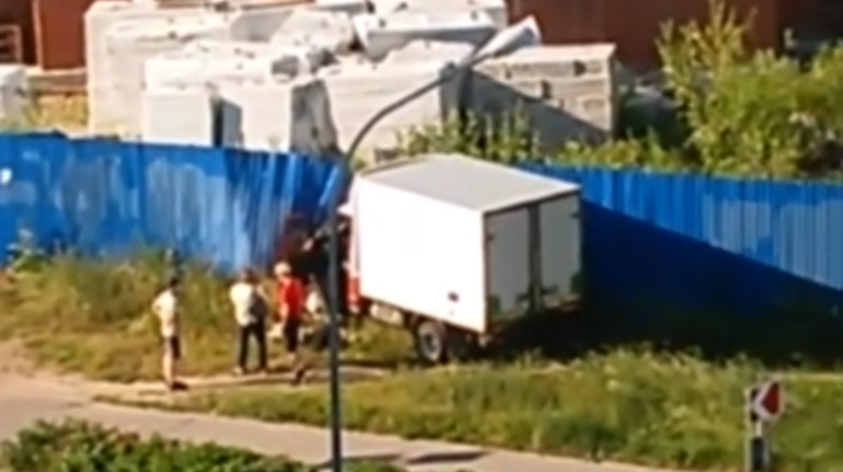 На Афоновской грузовик снес кусты и влетел в забор