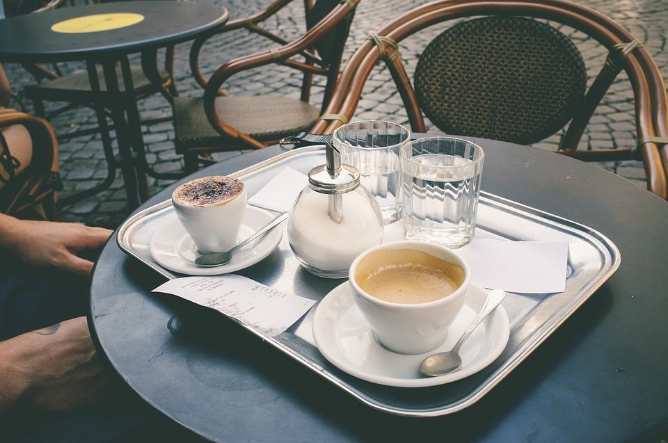 Жители Петербурга пожаловались в УФАС на непристойную рекламу кафе