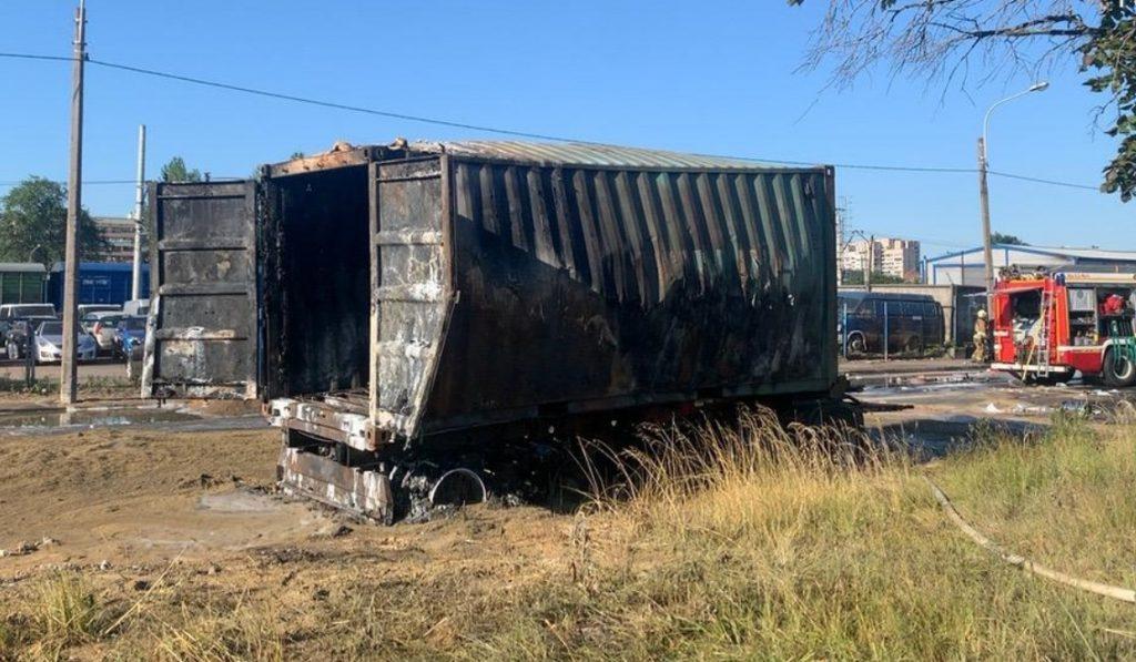 В Петербурге выясняют причину возгорания фуры с опасным грузом
