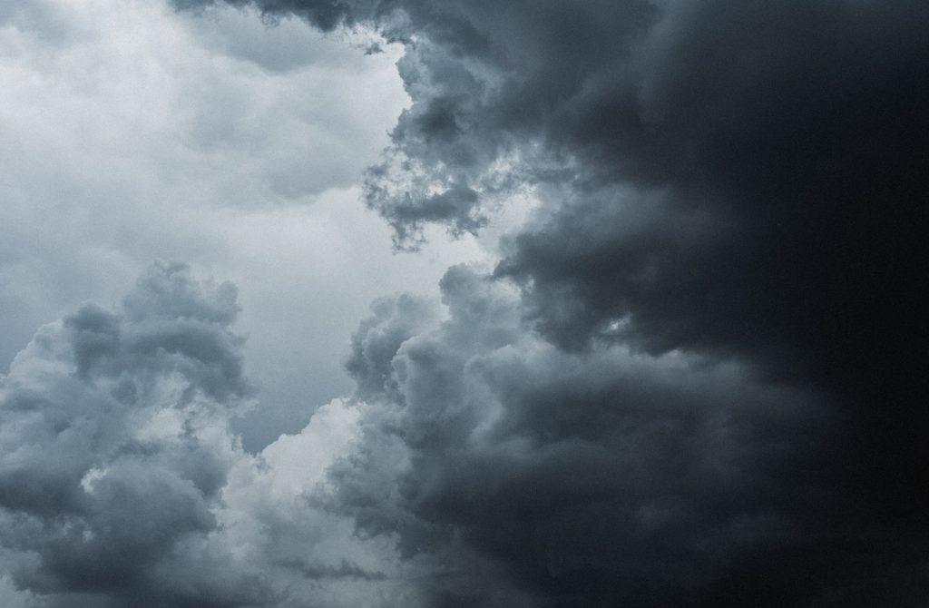 Петербуржцев предупредили о грозе, ливне и ветре ночью в пятницу
