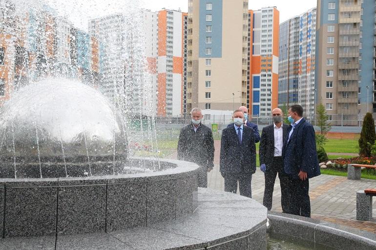Беглов осмотрел школу с двумя бассейнами в Приморском районе