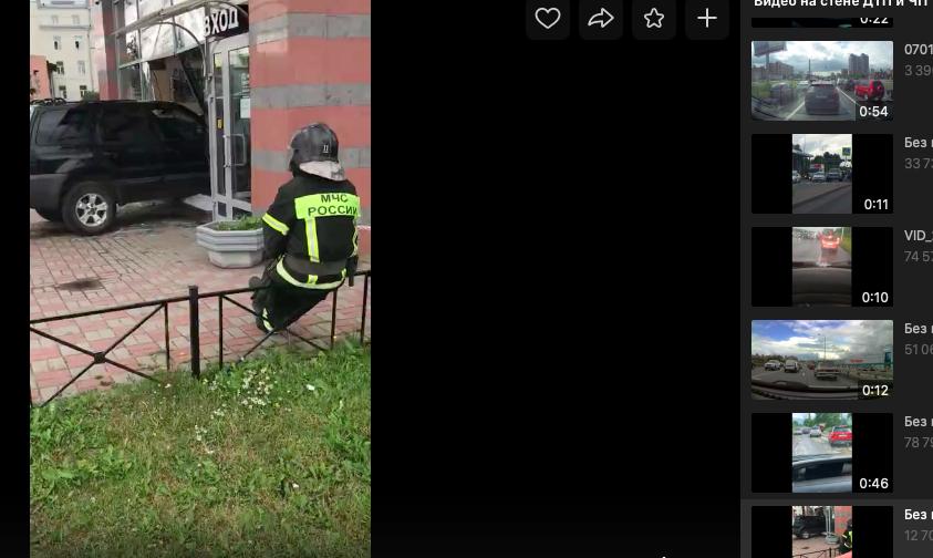На Лесном проспекте в Петербурге внедорожник протаранил витрину кафе