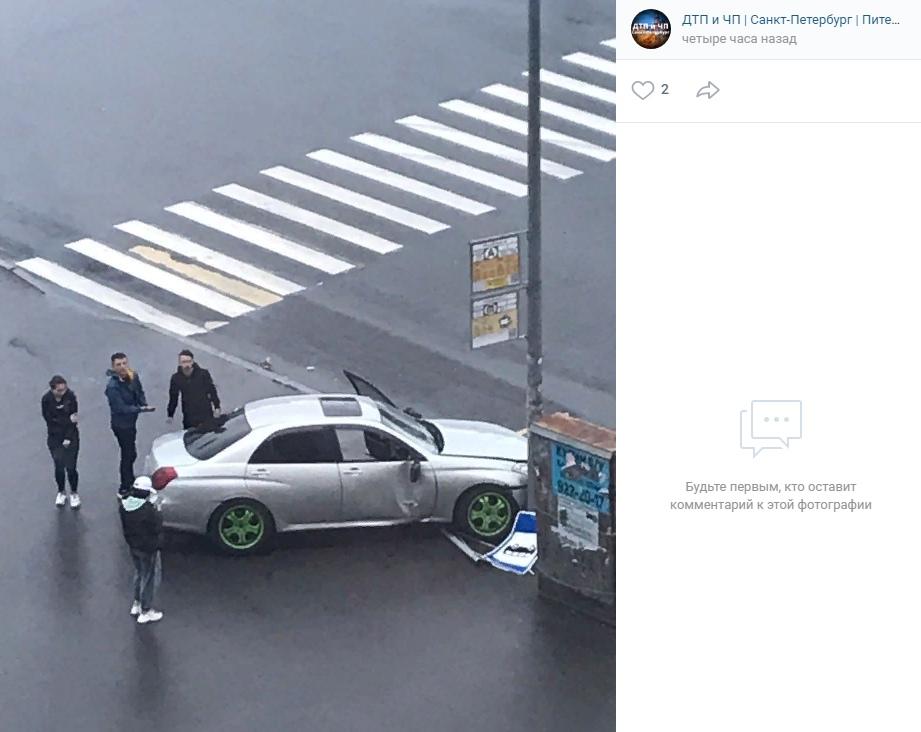 Автомобильный дрифт привел к вылету на остановку в Приморском районе