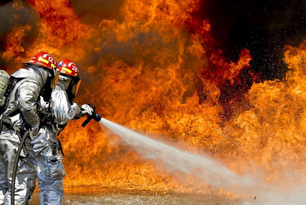 На Рабочей улице выгорел ангар, пламя задело три грузовика