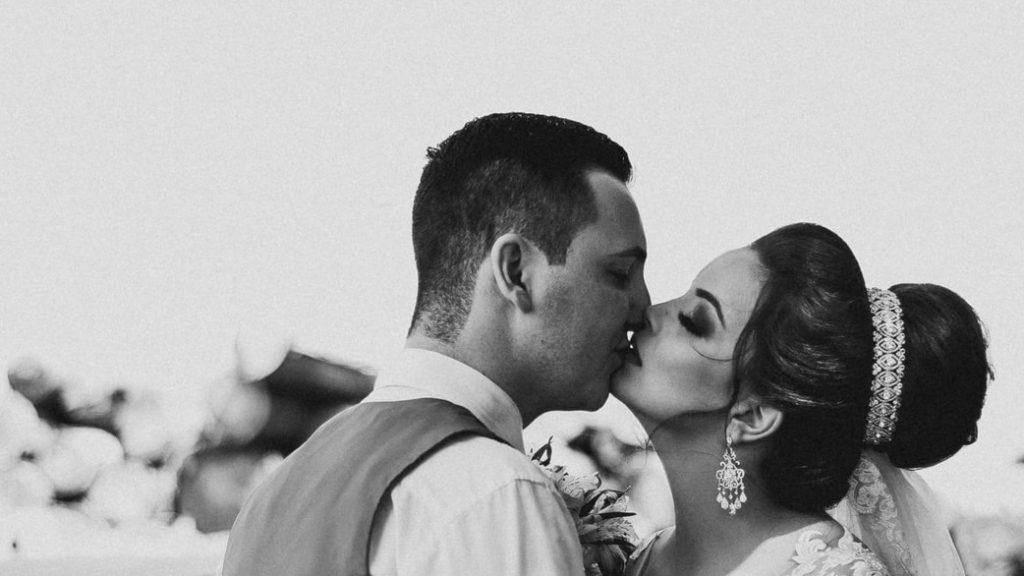 В ЗАГСах Ленобласти разрешили поцелуи
