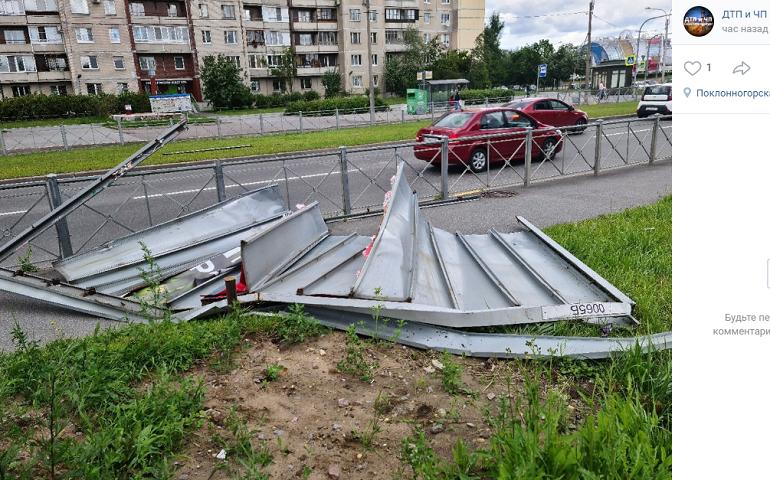 Ветер сносит деревья и рекламные щиты в Петербурге