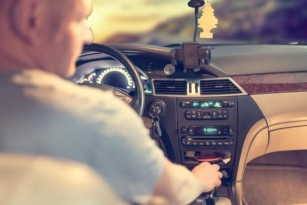 В Петербурге разыскивают водителя, оставившего пассажирку без украшений и телефона