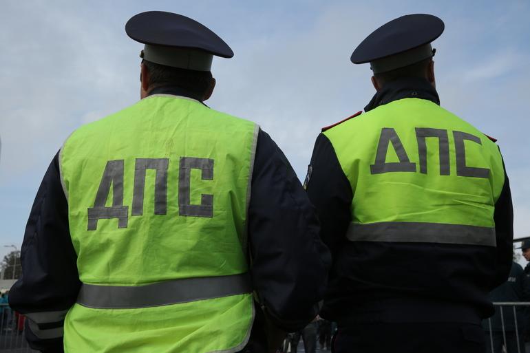 В Петербурге водитель зажал полицейскому руку дверью автомобиля
