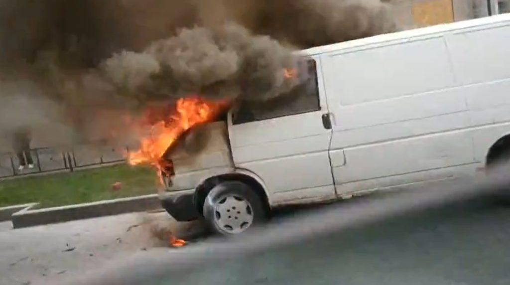 На Заневском проспекте вспыхнула машина, на помощь пришли очевидцы