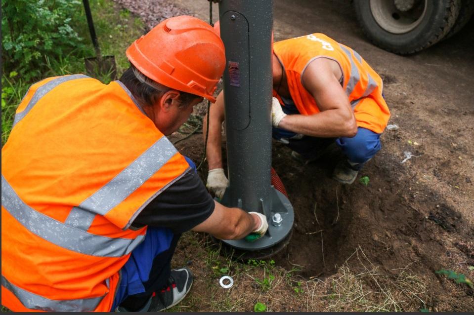 В парке Сосновка продолжают обновлять наружное освещение, работы завершат к 15 октября