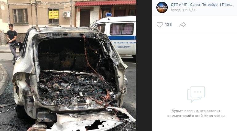 Во дворе на Ленсовата сгорел Porsche Cayenne, очевидцы говорят о поджоге