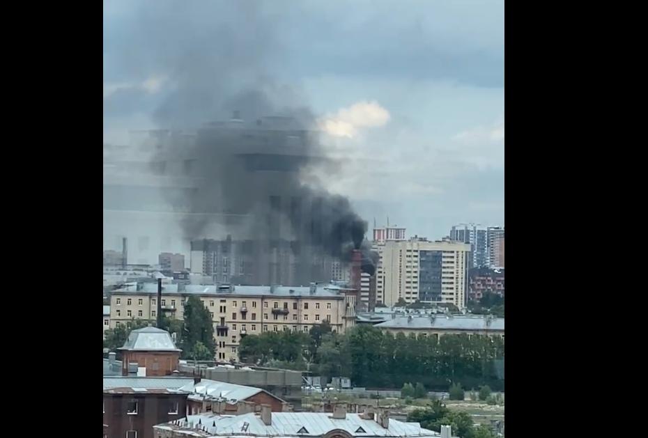 Петербуржцы сообщили о густом черном дыму на Лесной