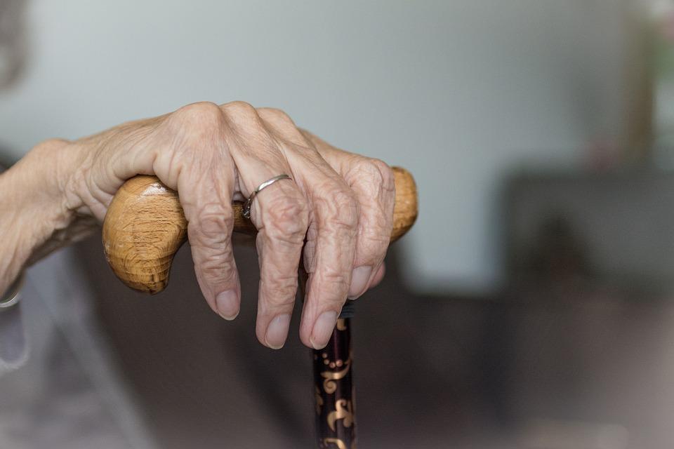 Петербурженка сообщила о старике с ампутированными ступнями, который вторые сутки лежит у больницы 14