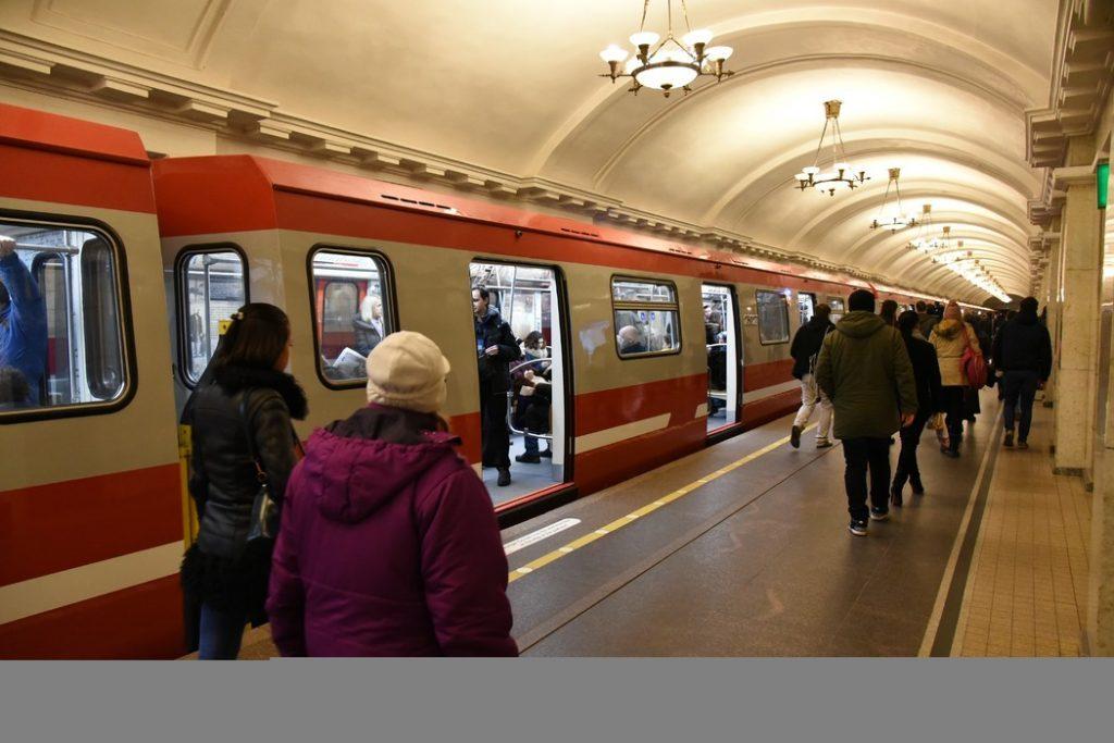 В петербургском метро на станции красной ветки упал пассажир