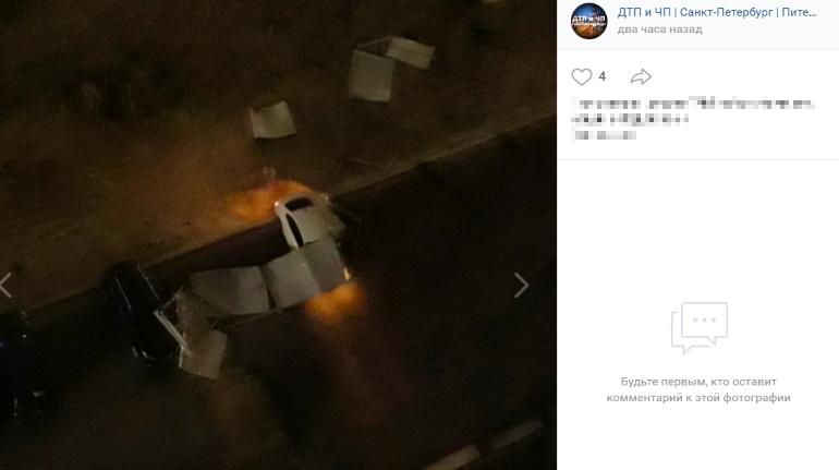 Ветер уронил забор на машины на Бадаева