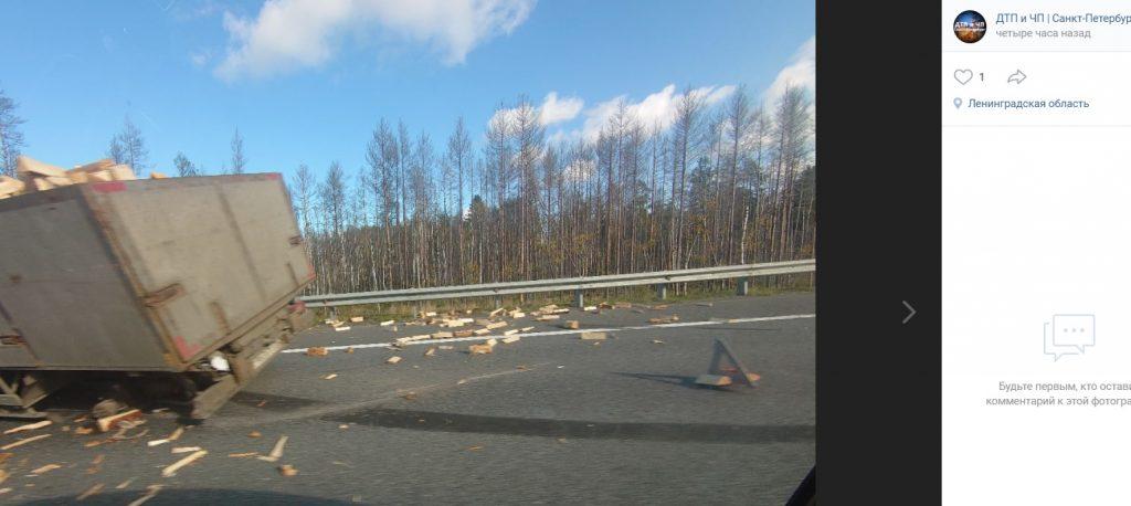 Грузовик попал в ДТП и засыпал Новоприозерское шоссе дровами