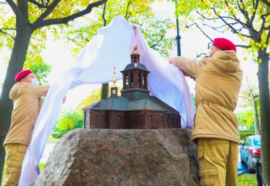 На месте утраченного первого храма Петербурга установили памятный знак