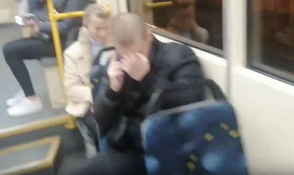 В Петербурге избили пассажира трамвая за просьбу надеть маску