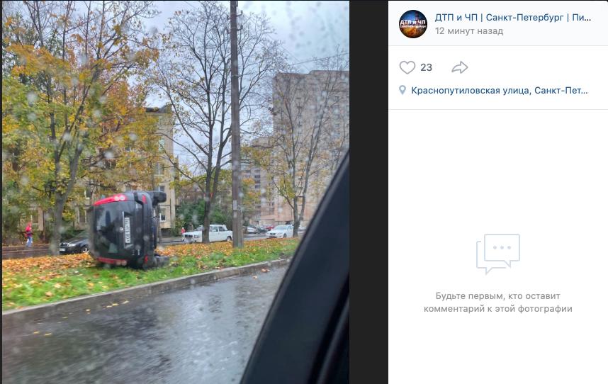 В Петербурге на Краснопутиловской улице перевернулась иномарка