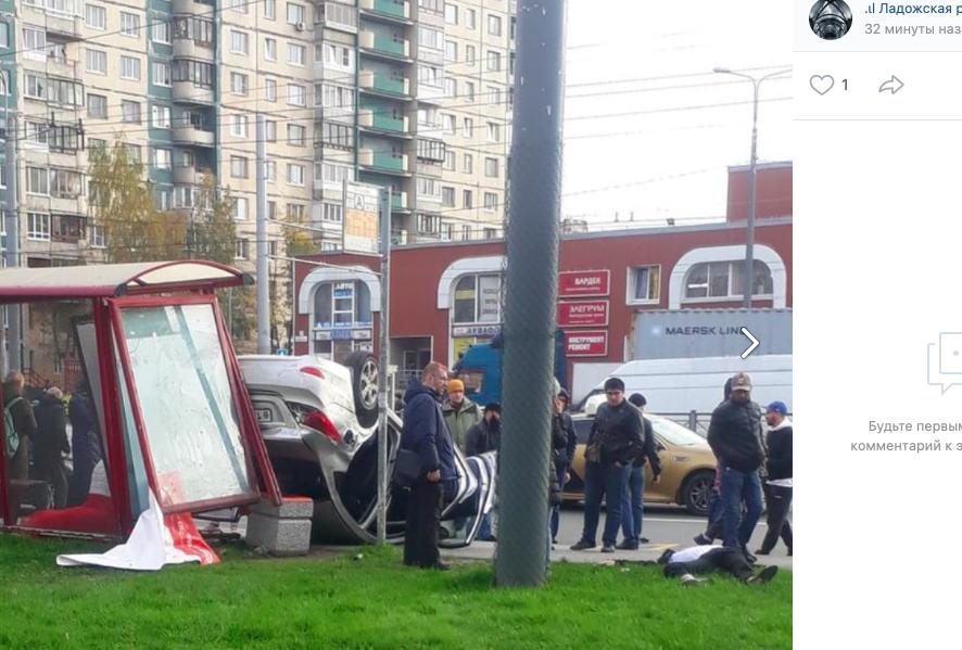 На Косыгина машина жениха и невесты влетела в остановку с людьми, есть пострадавшие