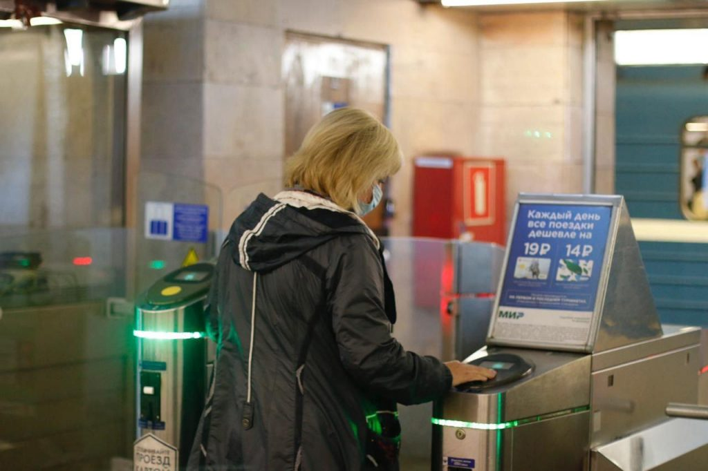 В метро Петербурга восстановили возможность оплаты проезда картой «Мир»