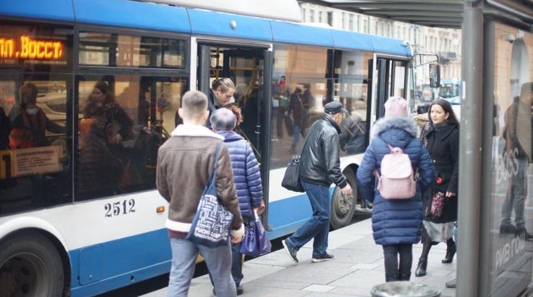 Депутаты Петербурга в первом чтении согласились ввести запрет для льготников на получение нескольких проездных