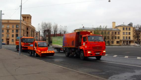 Более 650 уборочных машин вышли очищать улицы Петербурга