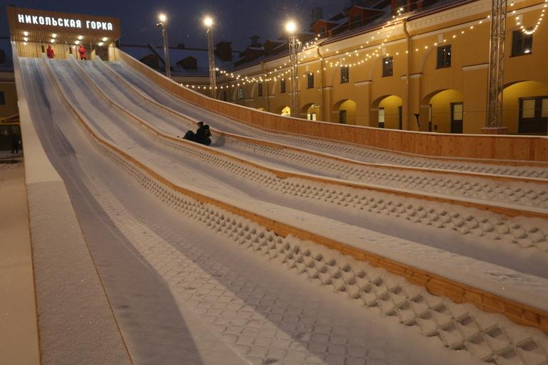 Огромная горка, ледовые катки, выставки и спектакль: куда сходить в Петербурге на выходных