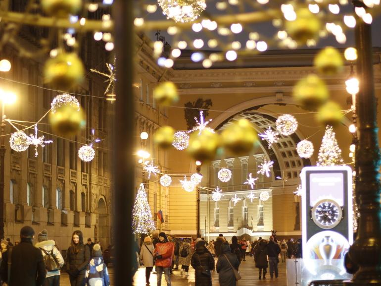 В Петербурге завершили украшение города новогодними гирляндами