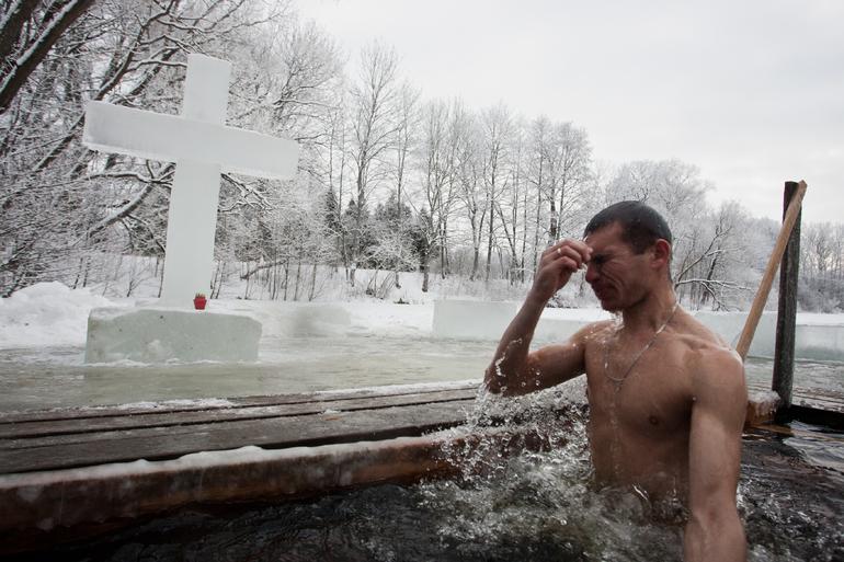 Крещенские купания в Петербурге запрещать не будут, несмотря на COVID-19