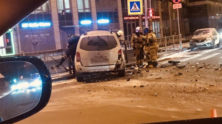 На Васильевском легковушка протаранила ограду после ДТП