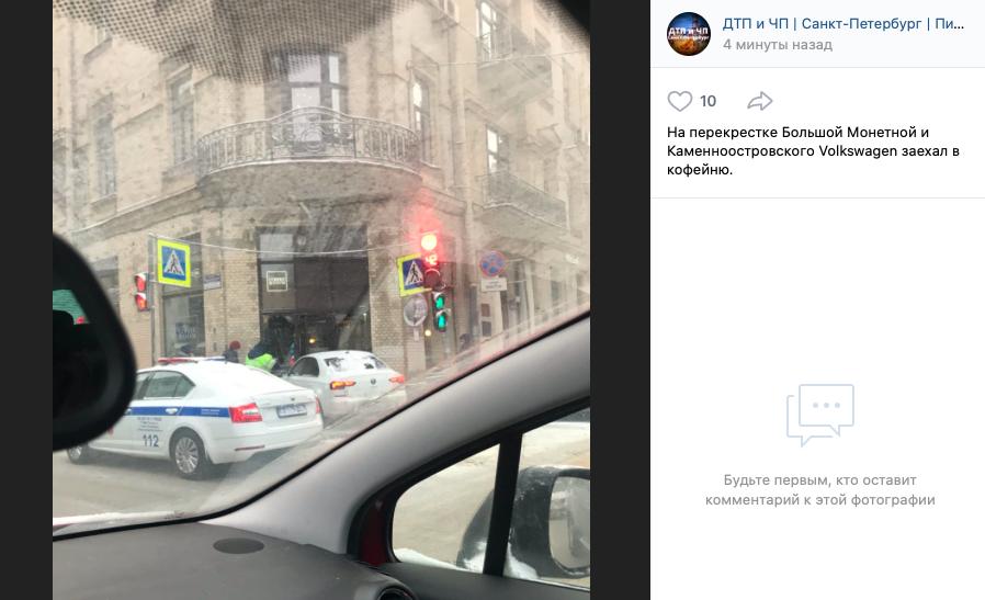 Иномарка въехала в кофейню в Петроградском районе