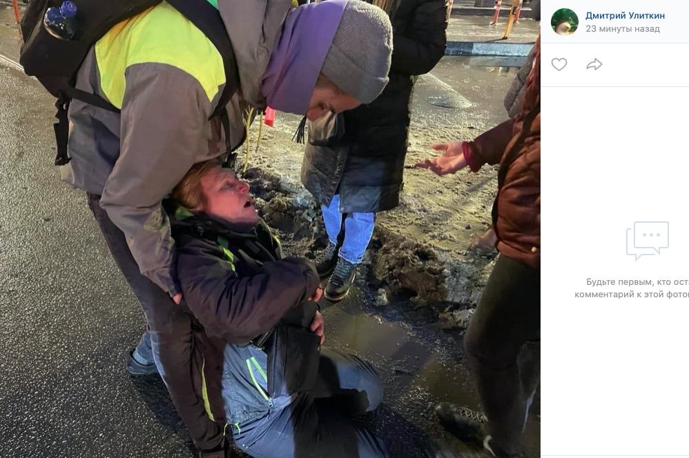 Петербурженка, которую на митинге пнул ОМОНовец, госпитализировали в НИИ Джанелидзе