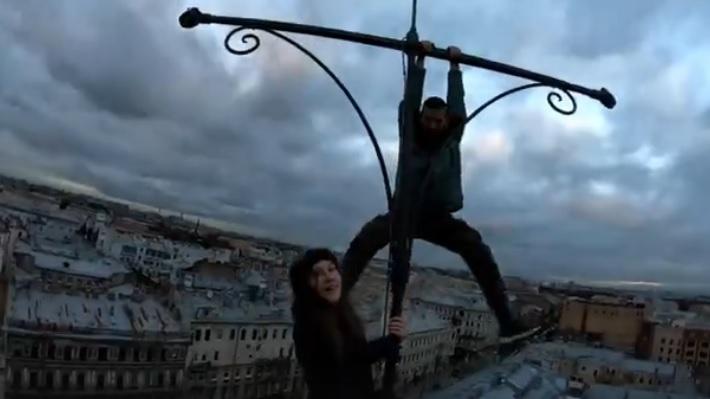 В Петербурге любитель экстрима забрался на верхушку пожарной каланчи