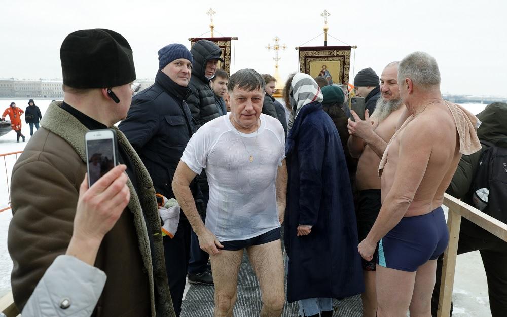 Макаров принял участие в крещенских купаниях у Петропавловской крепости