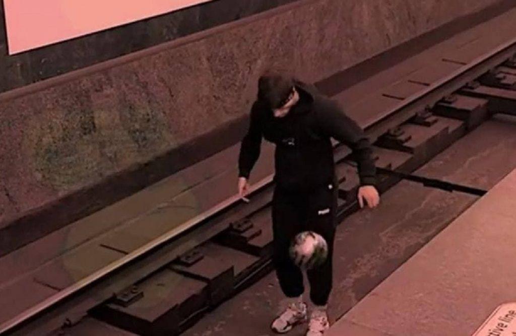 Игравшему мячом на путях метро в Петербурге запретят спускаться в подземку