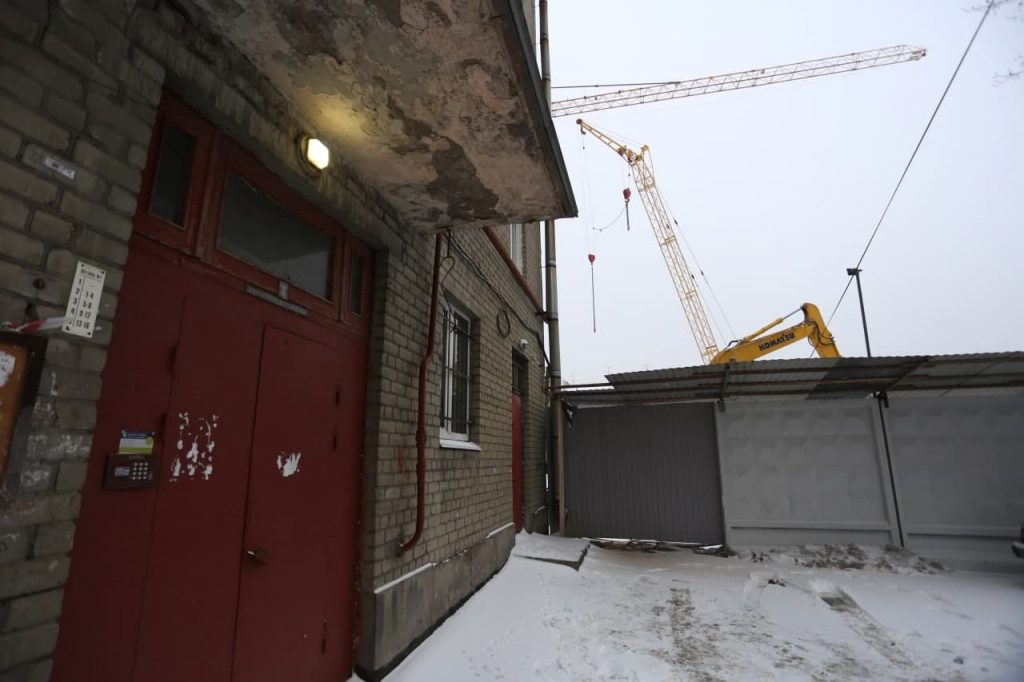Стройку рядом с треснувшим домом на Двинской улице приостановят — фоторепортаж Gazeta.SPb
