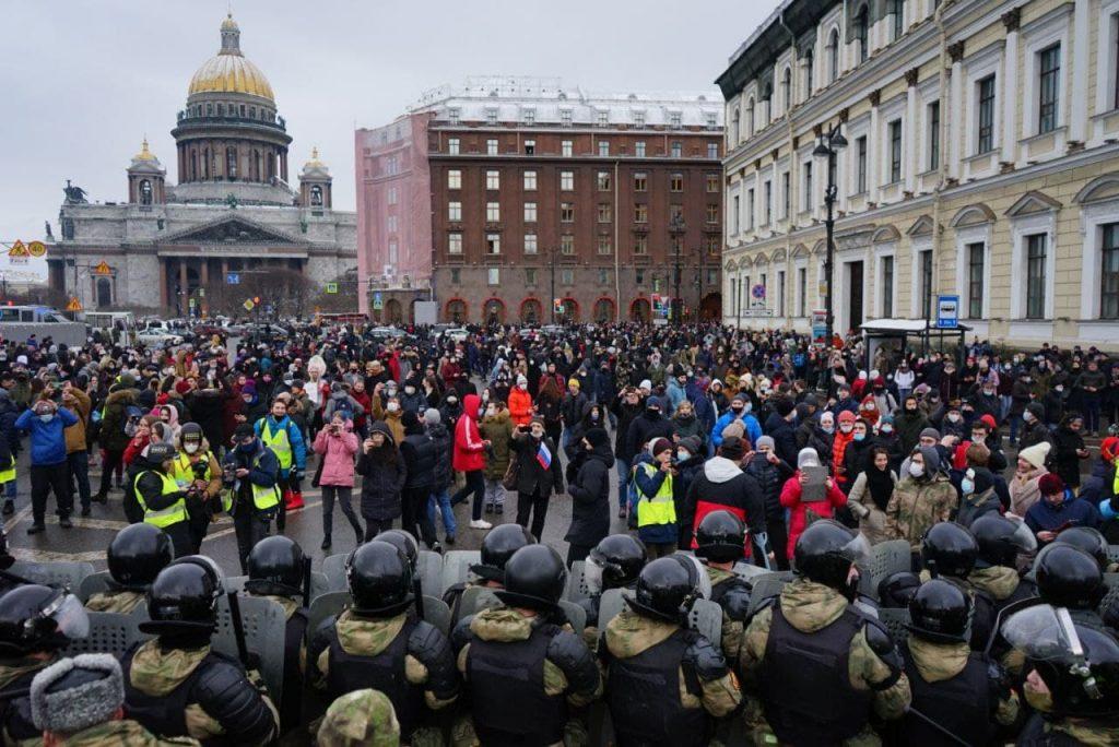 Гуляли, рвались в музей, шли мимо: в Петербурге растет число арестов после акции в поддержку Навального