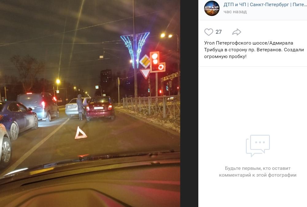 На Петергофском шоссе длинная пробка из-за аварии