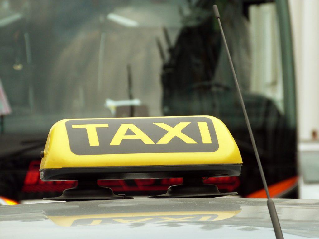 Таксист вытолкнул петербурженку из машины, ограбил и уехал