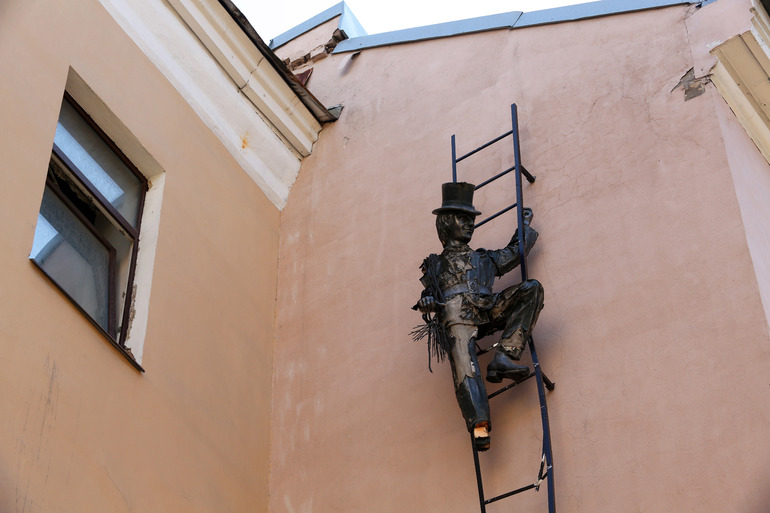 В Петербурге хотят заменить скульптуру трубочиста, оставшуюся без лица