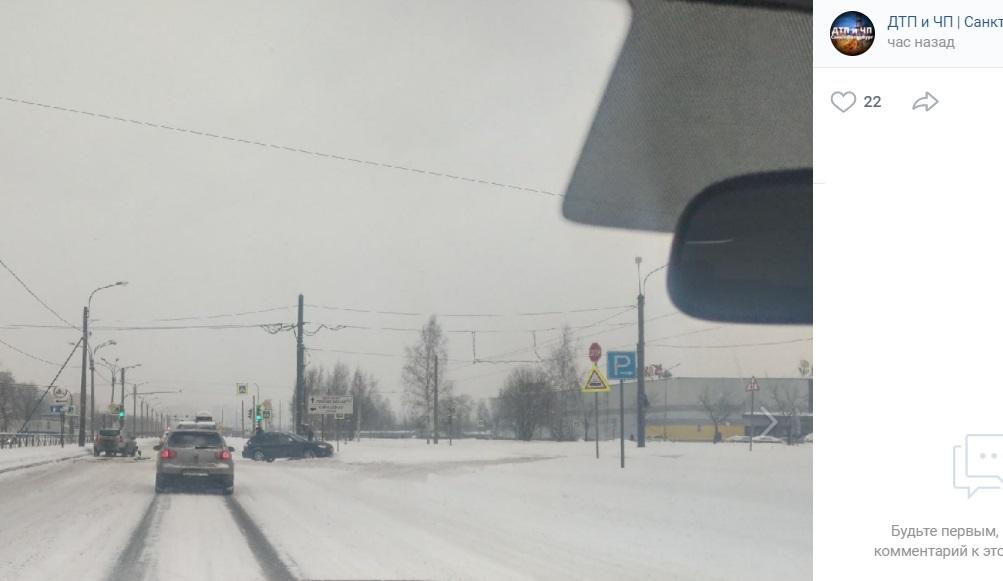 Автомобиль вылетел на тротуар после ДТП на Руставели