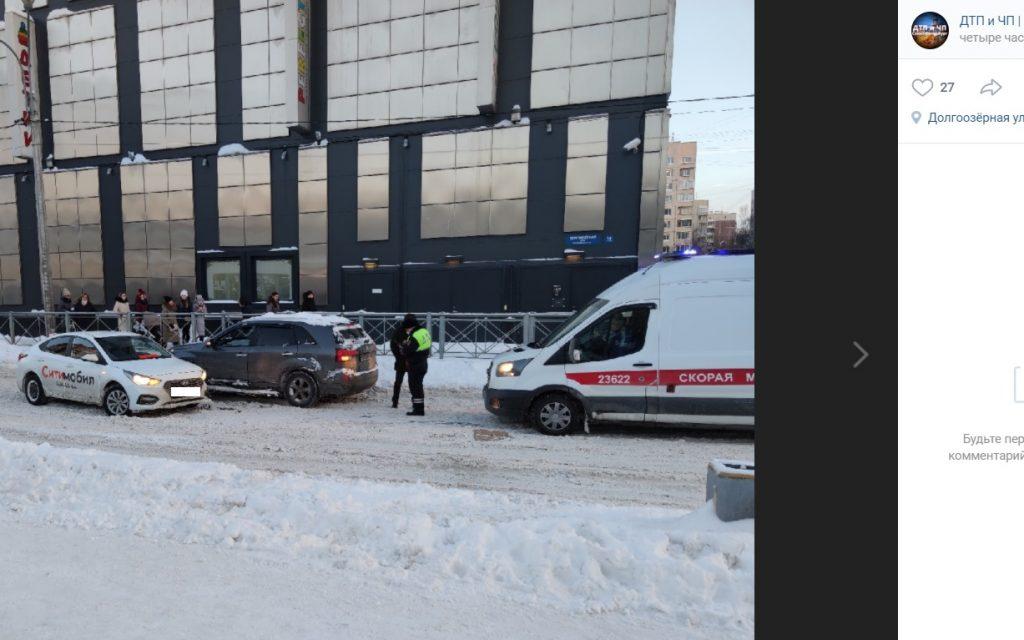 Скорая и полиция прибыли к аварии с такси на Долгоозерной