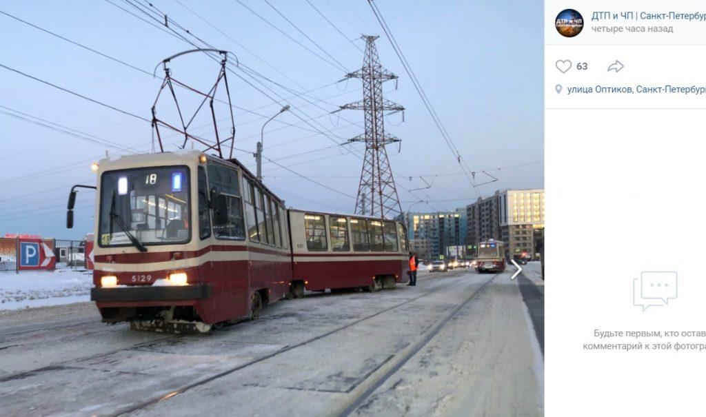 Трамвай сошел с рельс на Оптиков