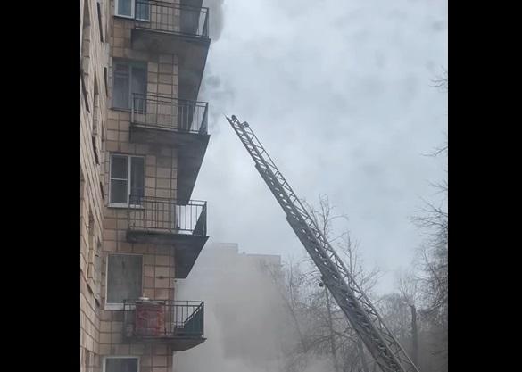 Из горящей квартиры на проспекте Кима эвакуировали женщину