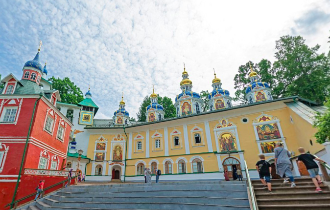 Реставраторы из Петербурга рассказали о найденных петроглифах в Псковско-Печерском монастыре