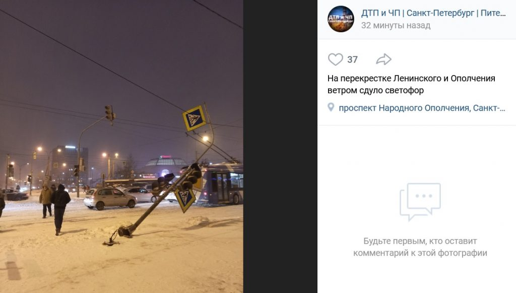 На Ленинском из-за сильного ветра упал светофор