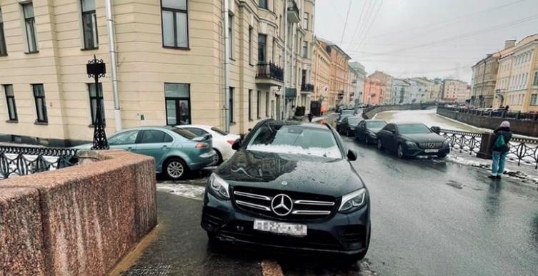 Петербуржцы заметили на тротуаре машину, похожую на Mercedes Боярского